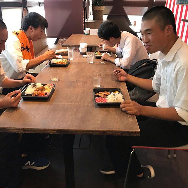 夏休みだ! 2日前 近くの小野田高校の かわいい学生くんたち二人が お弁当を買ってくれて店内で食べていってくれた。 そして昨日は 3人で来てくれたので  明日は 4人で来てくれるんやろ?笑笑 と言うとにっこり笑ってた。 そしたら 今日ほんとに4人で来てくれて スープをどんぶりで飲んでた!爆笑 そして 帰りには 明日は5人ですね! と 笑いながら帰っていった。  食べ終わったあとも 綺麗に食べてくれて ほんとにかわいいねー️ 夏休み終わるころにはどーなってるんだろーか?笑笑